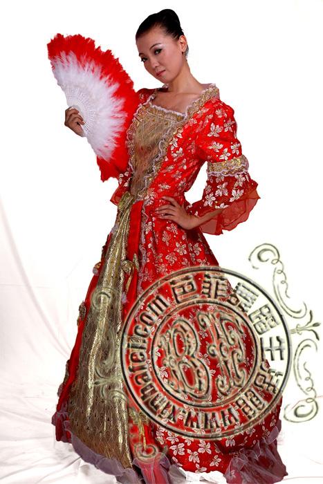 新芭菲每年都会设计制作大量精美演出服装只为更好的服务于广大客户.