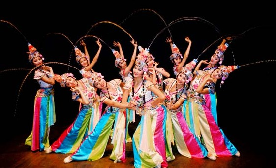 "PostTime:12-01-11 / 点击:2717 无一处不是圆的,""使起身段来,是大圈套小圈,身段都有圈。 ""戏曲舞蹈最基本的一个动作:云手,就其运动线而言就是不同方向的圆  的结合和发展。,此外,如幌手、串翻身、小翻儿、旋子、虎跳、走丝 、穿毛等动作,无一不是人体的圆形运动,只不过在空间位置、力度、速 度、着力点方面有所不同而已。所谓回,还指圆润丰满。如在场面 调度、队形变换上的圆圈、弧线、二龙吐须、龙摆尾等;造型姿态上 的丰满圆浑,如双臂上举的造型虎抱拳、双托掌,下垂的提"